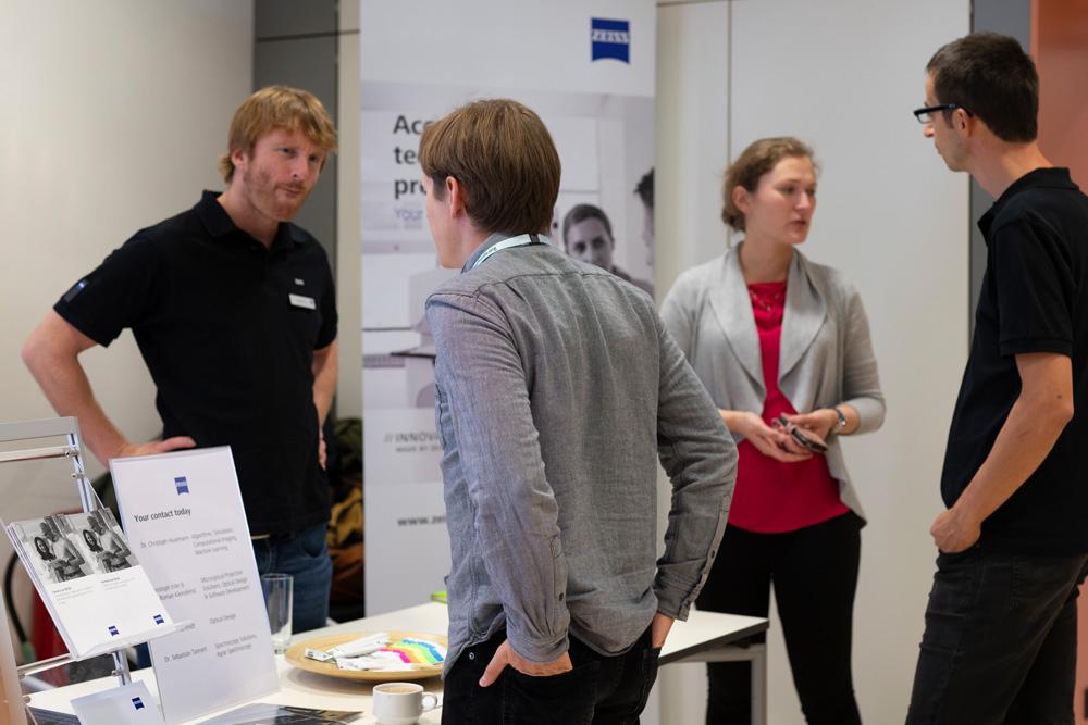 Studierende an den Firmenständen auf der Karrieremesse der Photonics Days 2019.