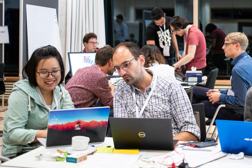 Freudestrahlende Teilnehmerin vor ihrem Laptop beim Makeathon.