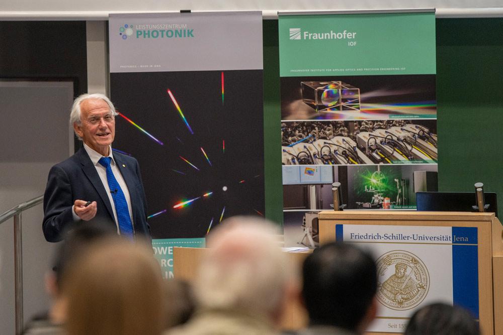 Gérard Mourou im Hörsaal der Uni Jena bei seinem Vortrag vor Publikum.
