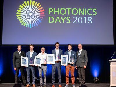 Der »Applied Photonics Award« geht aus dem »Green Photonics«-Nachwuchspreis hervor - nun mit einem neuen Anstrich und neuer inhaltlicher Ausrichtung. Verliehen wird er durch das Fraunhofer-Institut für Angewandte Optik und Feinmechanik IOF in Jena. Das Institut betreibt seit über 25 Jahren anwendungsorientierte Forschung auf dem Gebiet der Photonik und entwickelt innovative optische Systeme zur Kontrolle von Licht. Optik und Photonik tragen als Schlüsseltechnologien dazu bei, Herausforderungen zu lösen, vor denen die Menschheit heute steht. Um besonders originelle und innovative Abschlussarbeiten zu würdigen, die sich mit den Themen der Angewandten Photonik beschäften, wurde dieser Nachwuchspreis ins Leben gerufen.