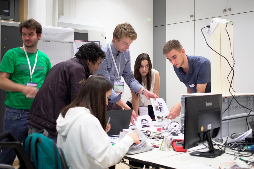 Studierende besprechen und testen ihre Arbeit.